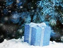 Geschenk unter dem Weihnachtsbaum Stockfotografie