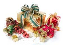 Geschenk verpackt rote und goldene Weihnachten, das mit Dekorationen Lizenzfreie Stockfotos