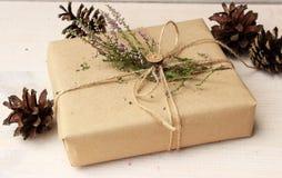 Geschenk verziert mit natürlicher Heidekraut und hölzernem Knopf Lizenzfreies Stockfoto