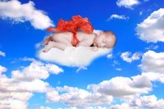 Geschenk vom Gott-Fantasie-Portrait-Kind mit Bogen in den Wolken lizenzfreie stockfotografie