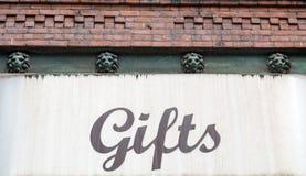 Geschenk-Zeichen auf Wand Stockfotos