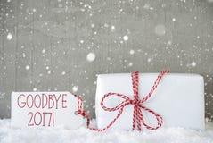 Geschenk, Zement-Hintergrund mit Schneeflocken, Auf Wiedersehen 2017 Stockfotos