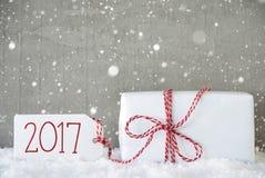 Geschenk, Zement-Hintergrund mit Schneeflocken, Text 2017 Lizenzfreies Stockfoto