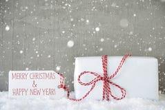 Geschenk, Zement-Hintergrund mit Schneeflocken, Weihnachten und neues Jahr Lizenzfreie Stockfotos