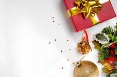Geschenkball und Blumenweihnachtsdekoration zur rechten Spitze Stockbild
