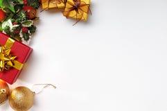 Geschenkball und Weihnachtsdekoration zur linken Spitze Lizenzfreie Stockbilder
