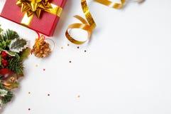 Geschenkband und Blumenweihnachtsdekoration zur linken Diagonale Stockbild