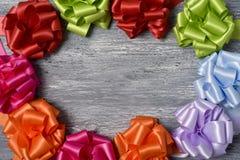 Geschenkbandbögen, die einen Kreisrahmen bilden Lizenzfreies Stockfoto