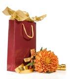 Geschenkbeutel mit Blume und Farbbändern Lizenzfreies Stockfoto