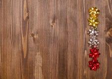Geschenkbogen auf braunem Holztisch Stockfoto