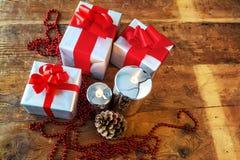 Geschenkboses und -kerzen für Weihnachten Lizenzfreie Stockfotos