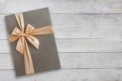 Geschenkbox über weißer hölzerner Draufsicht stockfotografie
