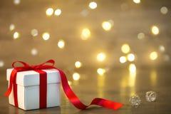 Geschenkbox auf boke Hintergrund Rotes Farbband Inneres Lizenzfreies Stockfoto