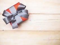 Geschenkbox auf dem hölzernen Brett Stockfotos