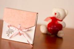 Geschenkbox auf dem Tisch lizenzfreie stockfotos