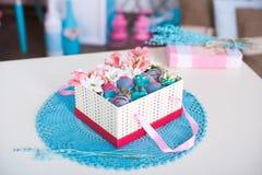 Geschenkbox auf der gewirkten Serviette Stockfoto
