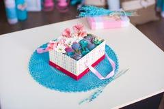 Geschenkbox auf der gewirkten Serviette Lizenzfreie Stockfotos