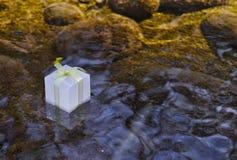 Geschenkbox auf der Oberfläche des Wassers stockfoto