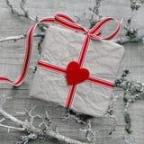 Geschenkbox auf einem hölzernen grauen schäbigen schicken Hintergrund Lizenzfreie Stockfotos
