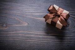 Geschenkbox auf Feiertagskonzept des hölzernen Brettes der Weinlese Lizenzfreies Stockbild