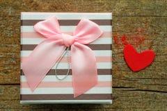 Geschenkbox auf hölzernem Hintergrund Lizenzfreie Stockfotos