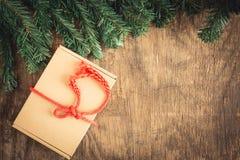 Geschenkbox auf hölzernem Hintergrund, Weihnachtskonzept Lizenzfreies Stockfoto