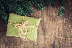 Geschenkbox auf hölzernem Hintergrund, Weihnachtskonzept Lizenzfreies Stockbild