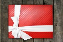 Geschenkbox auf hölzerner Beschaffenheit Stockfotografie