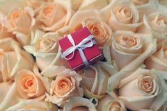 Geschenkbox auf schönem Rosehintergrund Stockfotos