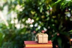 Geschenkbox auf Stapel alten Büchern Stockbild