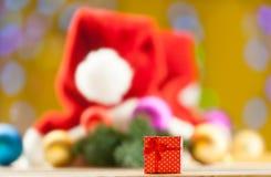 Geschenkbox auf Weihnachtshintergrund Stockfotografie