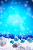 Geschenkbox, Bälle, Kiefernkegel auf Schnee Lizenzfreies Stockbild