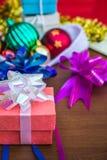 Geschenkbox bei Tisch Stockfoto