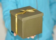 Geschenkbox in der Hand Lizenzfreies Stockfoto