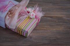 Geschenkbox in der Tasche Stockbilder