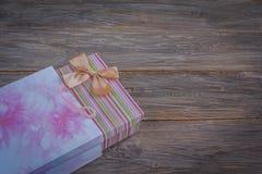 Geschenkbox in der Tasche Lizenzfreies Stockfoto