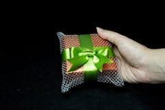 Geschenkbox in einer Hand Stockbild