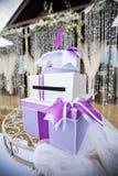 Geschenkbox für das Geld auf dem Tisch Lizenzfreies Stockfoto