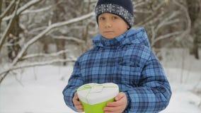 Geschenkbox in Form eines Herzens in den Händen eines Kindes stock video footage