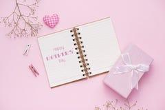 Geschenkbox gebunden mit rosa Band und weißen Blumen für Muttertag Stockfotografie