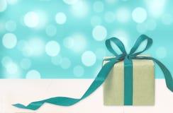 Geschenkbox gegen bokeh Hintergrund Feiertag vorhanden Festliches Geschenk lizenzfreie stockfotos