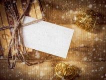 Geschenkbox im gelb-braunen Papier auf dem Holztisch Stockbilder