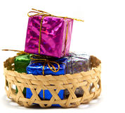 Geschenkbox im Korb Stockfoto