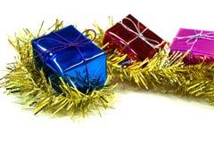 Geschenkbox im Lametta Lizenzfreies Stockfoto