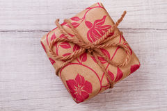 Geschenkbox im Packpapier Lizenzfreie Stockbilder
