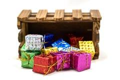Geschenkbox lassen weg hölzerne Kiste fallen Stockfoto