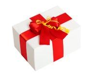 Geschenkbox mit Band und Bogen auf weißem Hintergrund Lizenzfreie Stockfotografie