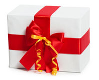 Geschenkbox mit Band und Bogen auf weißem Hintergrund Stockfoto