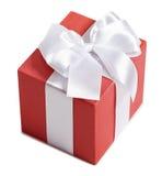 Geschenkbox mit Band und Bogen auf weißem Hintergrund Stockbilder
