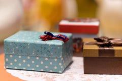 Geschenkbox mit blauer Beschaffenheit und rotem Bogen Stockfotografie